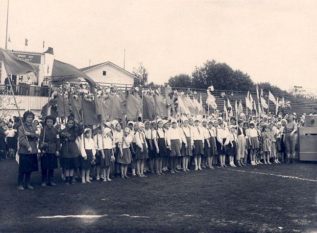 Дети во время традиционного праздника, посвященного окончанию учебного года - 22 июня 1941 г.