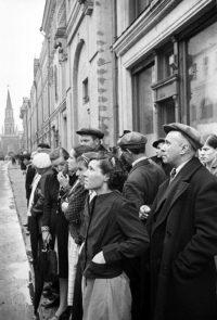 Москвичи слушают по радио заявление Советского правительства о вероломном нападении фашистской Германии на Советский Союз - 22 июня 1941 г.