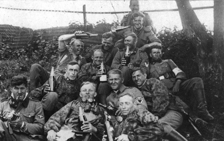 Немецкие солдаты празднуют преждевременную победу - 1942 г.
