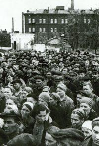 Рабочие завода «Серп и Молот» слушают заявление Советского правительства о вероломном нападении фашистской Германии на СССР - 22 июня 1941 г.