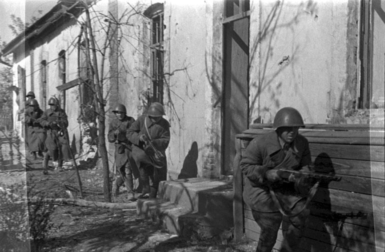 Гвардейцы разведовательной роты лейтенанта Левченко во время разведки на окраинах Сталинграда - Октябрь 1942 г.