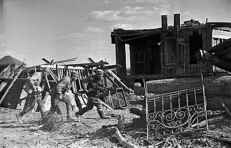 Бойцы занимают исходные позиции - 1942 г.