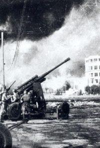 Горящий Сталинград. Зенитная артиллерия ведет огонь по немецким самолетам - 1942 г.