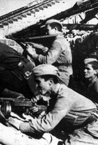Группа автоматчиков 120-й (308-й) гвардейской стрелковой дивизии, под командованием Сергеева А., ведет разведку во время уличных боев - Октябрь 1942 г.