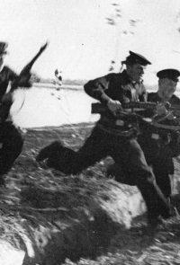 Краснофлотцы Волжской военной флотилии во время десантной операции в районе Сталинграда - 1942 г.