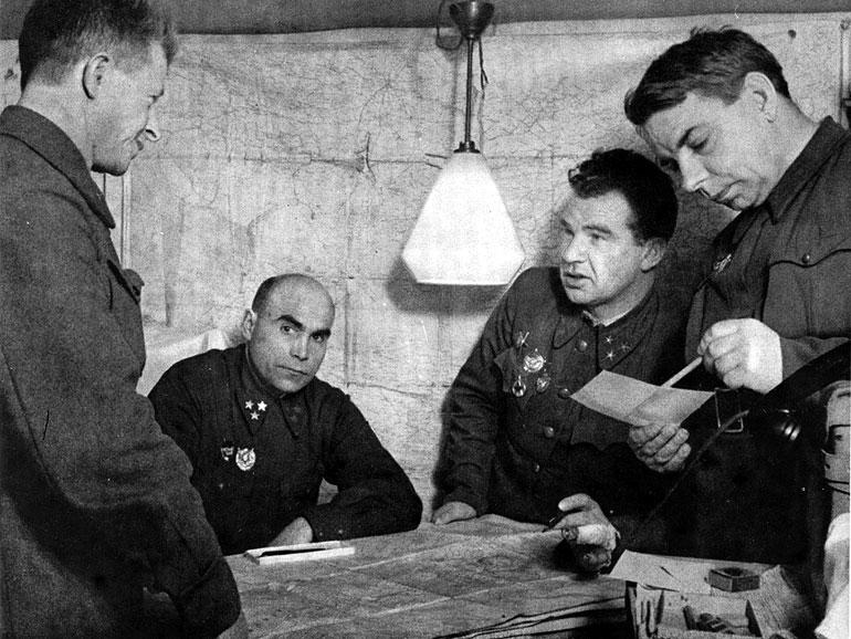 Военный cовет 62-й армии (слева направо): начальник штаба армии Крылов Н.И., командующий армией Чуйков В.И., член Военного Совета Гуров К.А. и командир 13-й гвардейской стрелковой дивизии Родимцев А.И - 1942 г.