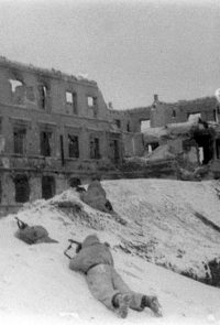 Бойцы 64-й армии ведут бой за дом в одном из районов Сталинграда - 1942 г.