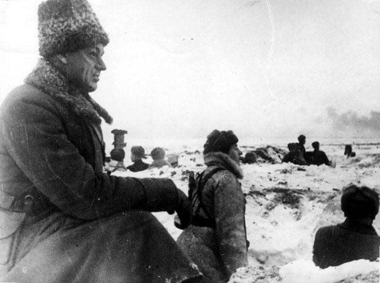 Командующий войсками Донского фронта генерал-лейтенант Рокоссовский К.К. на боевой позиции в р-не г.Сталинграда - 1942 г.