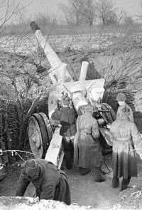 Бойцы дальнобойного орудия младшего лейтенанта Снигирева И. ведут огонь с левого берега Волги - Январь 1943 г.