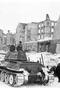 Танки Н-ской бригады входят в город Сталинград с победоносным флагом - Февраль 1943 г.