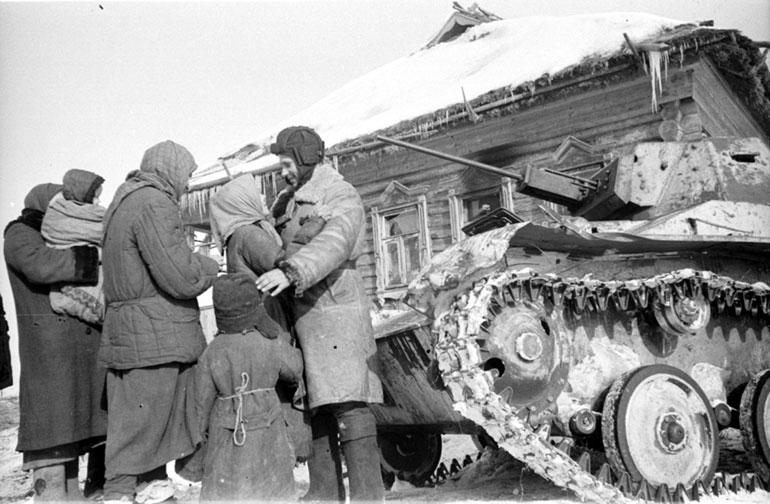 Женщины и дети встречают солдат-освободителей - Февраль 1943 г.