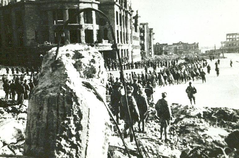 Пленные немцы в разрушенном Сталинграде на площади Павших борцов - 1943 г.