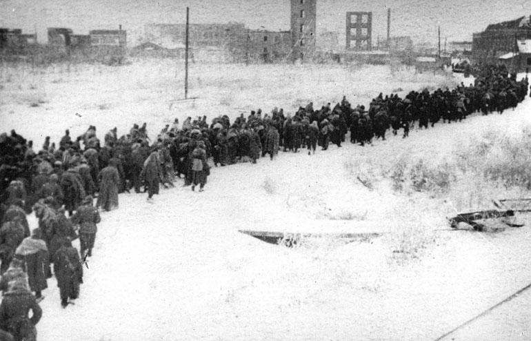 Колонна немецких военнопленных проходят через Сталинград - 1943 г.