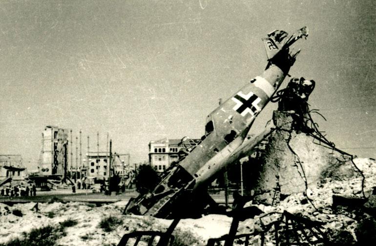 Разбитая немецкая техника в центре города - 1943 г.