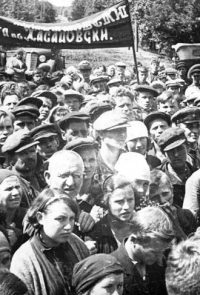 Митинг жителей Омска в связи с вероломным нападением немецко-фашистских захватчиков на Советский Союз - Июнь 1941 г.