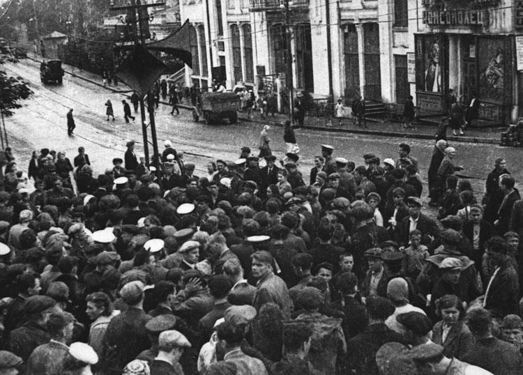 Жители Владивостока слушают по радио сообщение о нападении гитлеровской Германии на СССР - 22 июня 1941 г.