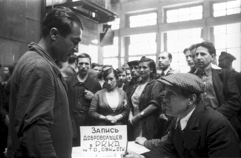 Запись добровольцев в Красную Армию на заводе им.Сталина - Июль 1941 г.