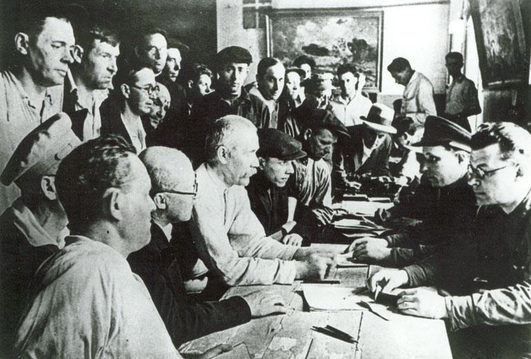 В военном комиссариате одного из районов Ленинграда. Запись добровольцев в Красную Армию - 1941 г.