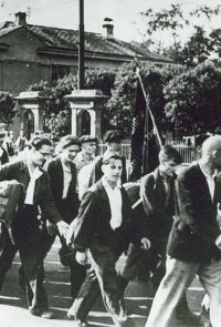 Ополченцы Московского инструментального завода идут на сборный пункт - 1941 г.