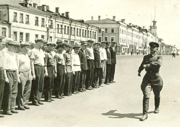 Лейтенант Третьяк И.Ф. проводит с ополченцами занятия по строевой подготовке - Июль 1941 г.