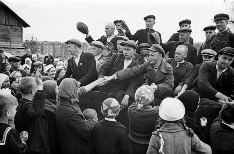 Молодые рабочие, мобилизованные в ряды Красной Армии, отправляются в расположение своей части - 1941 г.