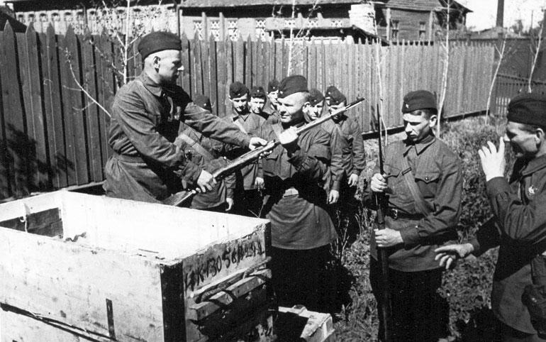 Народные ополченцы Кировского завода получают оружие - 1941 г.