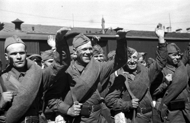 Бойцы Красной Армии отправляются на фронт - Июнь 1941 г.