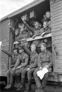 Советские воины отправляются на фронт - Июнь 1941 г.