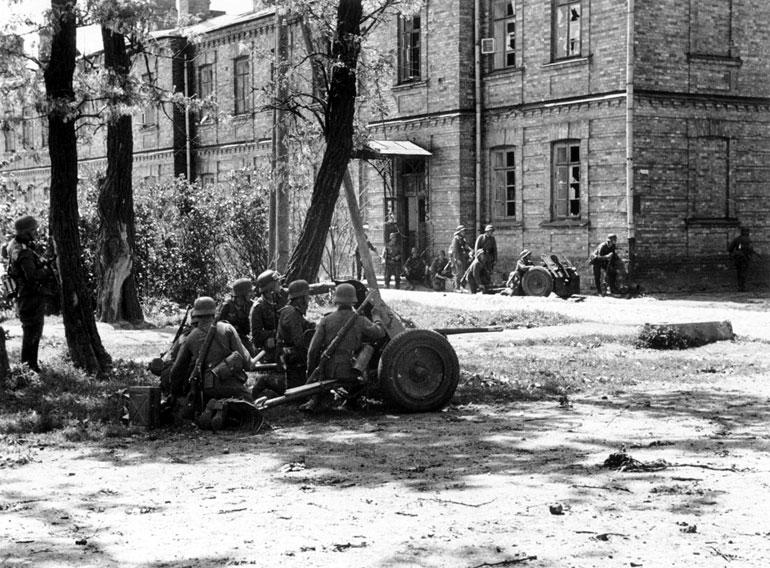 Немецко-фашистские войска ведут бой у стен Брестской крепости - Июнь 1941 г.