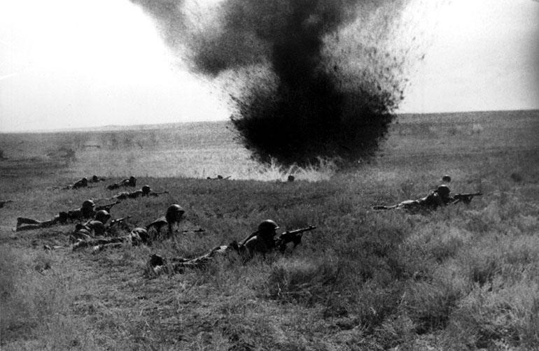 Бойцы Красной Армии на поле боя под Киевом - 1941