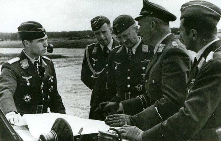Генерал-полковник Рихтхофен в группе офицеров при обсуждении обстановки - 1941