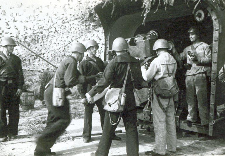 Бойцы батареи морской тяжелой артиллерии под командованием Деннинбурга, участвующей в обороне Одессы, у орудия - 1941