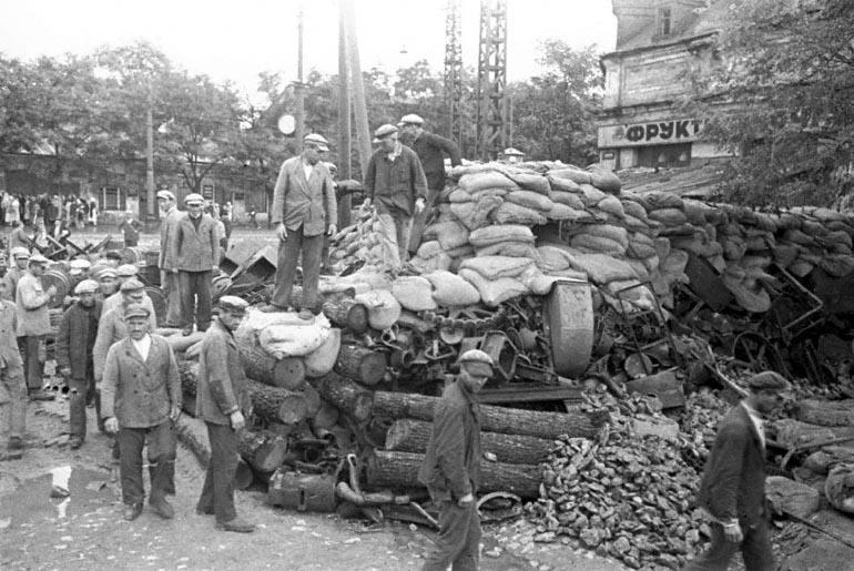 Участники обороны города Одессы строят баррикады - 1941