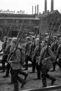 Рабочие Кировского завода уходят на фронт - 1941