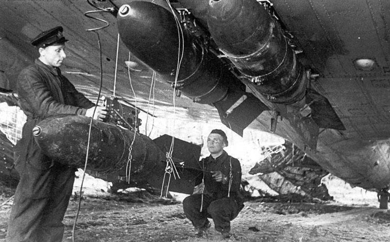 Авиатехники Ленинградского фронта 1-го миноторпедного полка Краснознаменного Балтийского флота за подготовкой бомбардировщика к очередному вылету - 1941