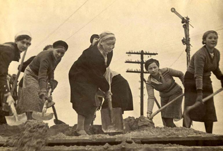 Молодежь города Мурманска на строительстве оборонительных сооружений - 1941