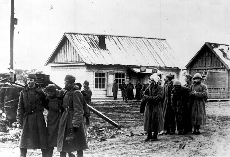 Группа советских военнопленных в одном из населенных пунктов - 1941