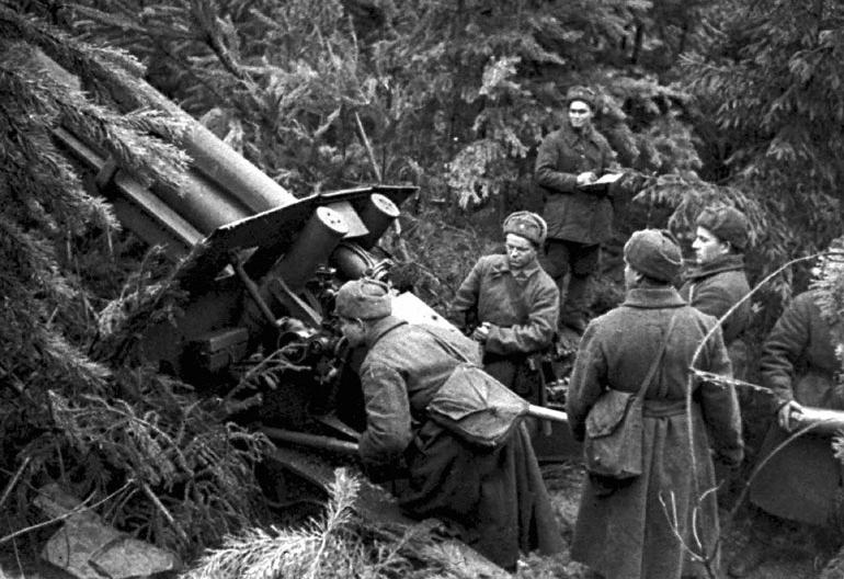 Батарея ведет огонь по противнику на подступах к Москве - 1941