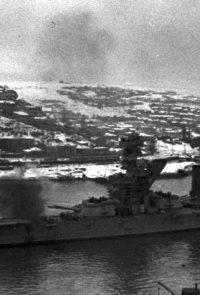 Линкор Черноморского флота «Парижская Коммуна» ведет огонь по вражеским позициям из южной бухты Севастополя. - 1941