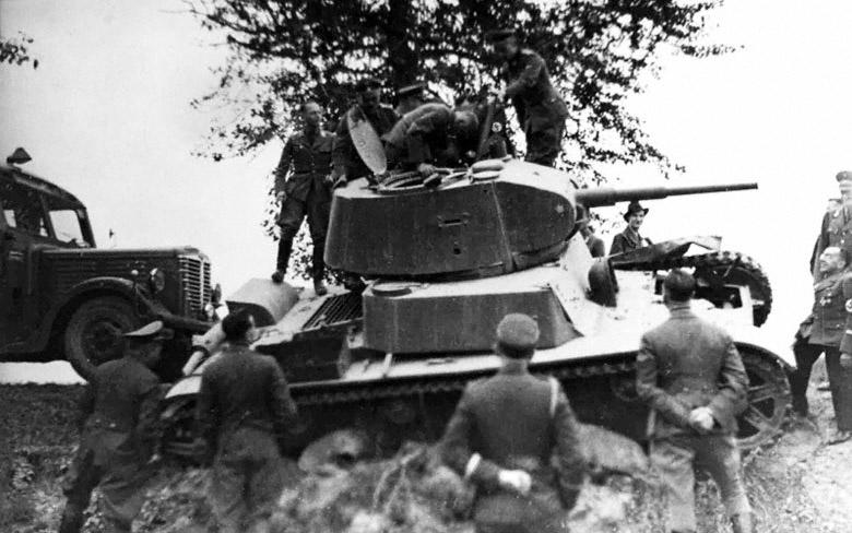 Сотрудники министерства пропаганды III рейха осматривают захваченный советский легкий танк Т-26 - Сентябрь 1941 г.