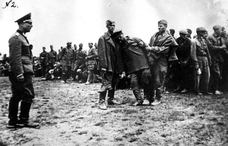 Селекция военнопленных - 1941 (Из трофейных фотографий, изъятых у пленных и убитых солдат вермахта)