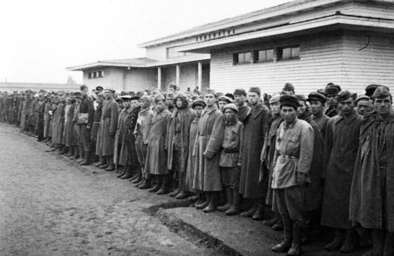 Советские военнопленные в пересыльном лагере (Фотосъемка министерства пропаганды III рейха)
