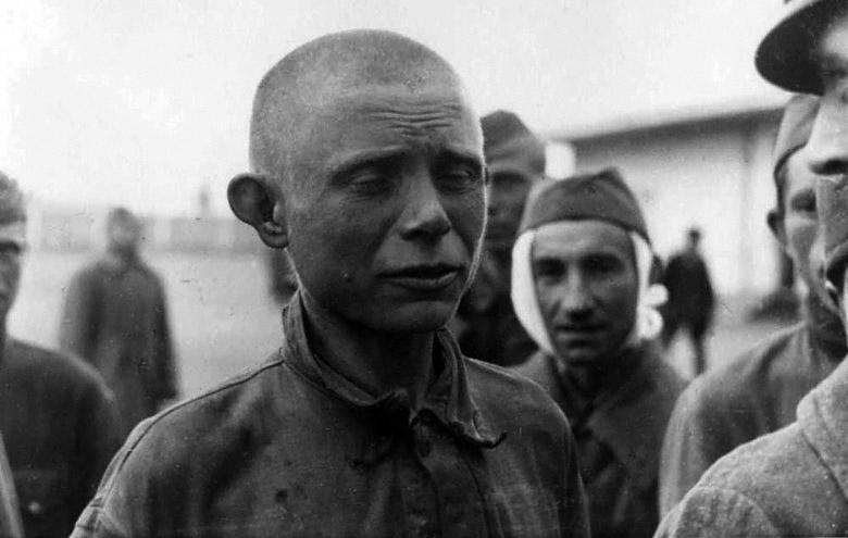 Советский военнопленный в пересыльном лагере - Октябрь 1941 г.