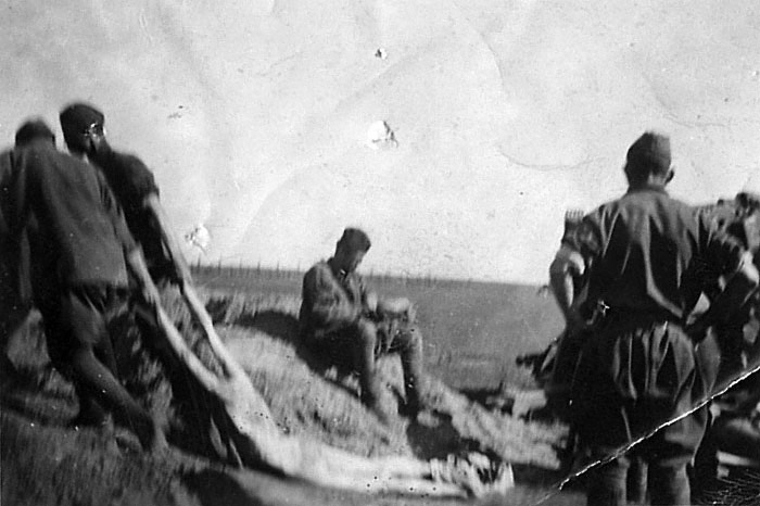 Уборка трупов во временном лагере для военнопленных - 1941