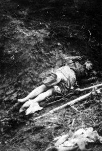 Тело расстрелянной военнослужащей Советской армии в лагере для военнопленных